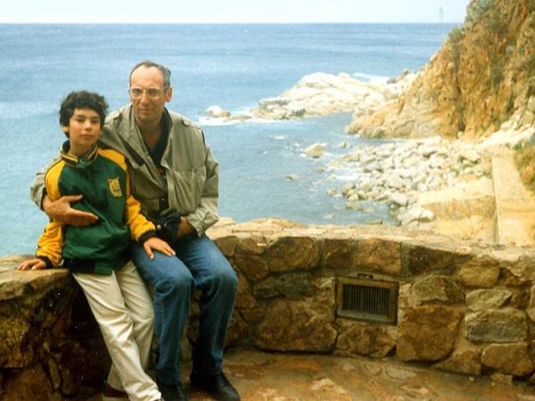 Лев Лапкин с сыном Дмитрием, для которого он сочинял свои первые рассказы, 90-е годы
