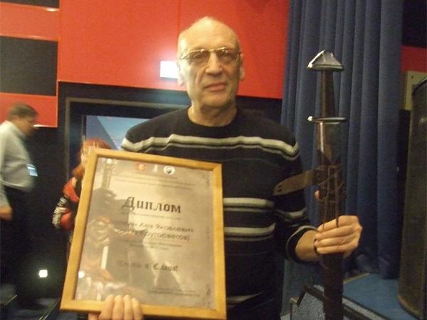 Диплом и именной меч, врученные Саше Кругосветову на РосКоне-2017